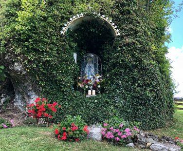 Abendgottesdienst mit Kräuterboschenweihe zu Maria Himmelfahrt an der Lourdesgrotte in Moosbach